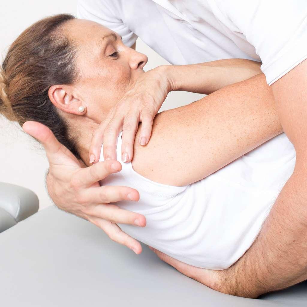 Après avoir posé son diagnostic, l'ostéopathe biomécanicien élabore un programme de soins en se basant sur la douleur exprimée par le patient. © Adam Gregor, Fotolia.