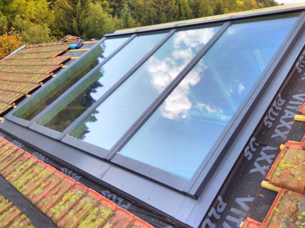 Juxtaposées sur le même plan, les fenêtres de toit forment une verrière donnant sur le ciel et les alentours. © Sarl Tournier