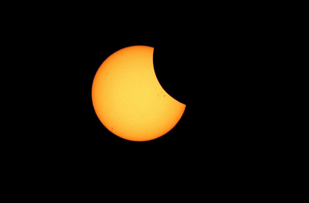 L'éclipse de Soleil totale commence. On remarque déjà des taches solaires. © Désiré Minkoh