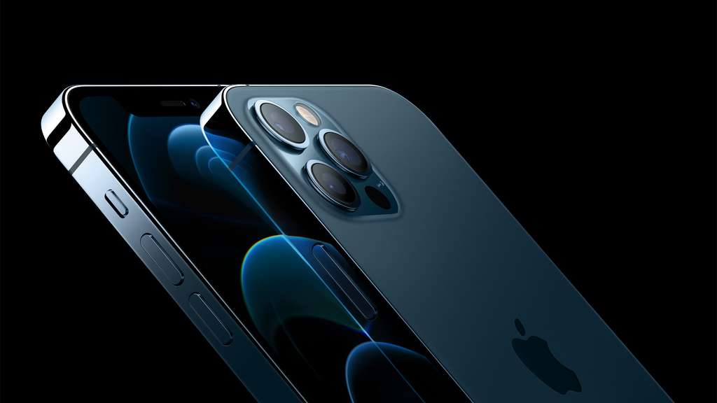 L'utilisation d'une lentille Metalenz permettrait d'enterrer les capteurs photos bombés qui se trouvent désormais à l'arrière des smartphones, comme ici sur l'iPhone 12. © Apple