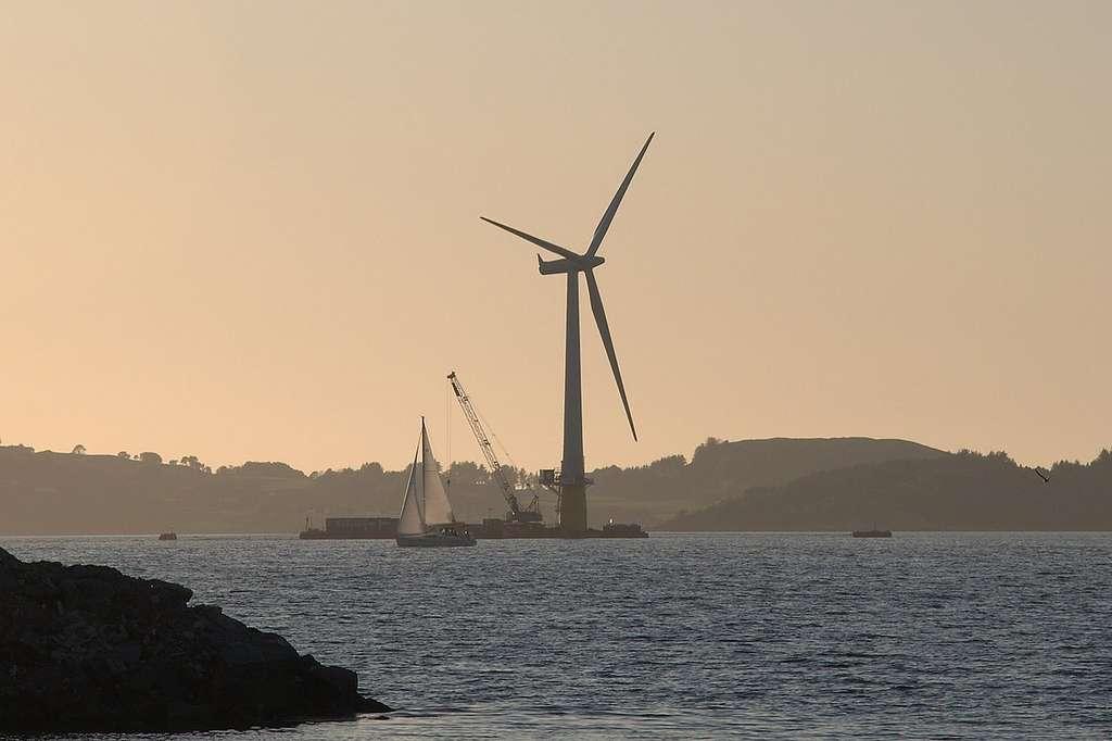 Hywind, en Écosse, la première éolienne flottante, assemblée dans le fjord d'Åmøy près de Stavanger. © Lars Christopher, Flickr, Wikimedia Commons, CC by-sa 2.0