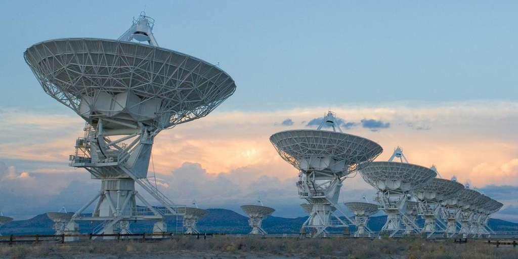 Grâce à un système baptisé Cosmic Seti (Commensal Open-Source Multimode Interferometer Cluster Search for Extraterrestrial Intelligence), les chercheurs pourront bientôt exploiter le VLA, Très grand réseau Karl-G.-Jansky (VLA - États-Unis) à la recherche de technosignatures 24 heures sur 24 et 7jours sur 7. © Alex Savello, NRAO