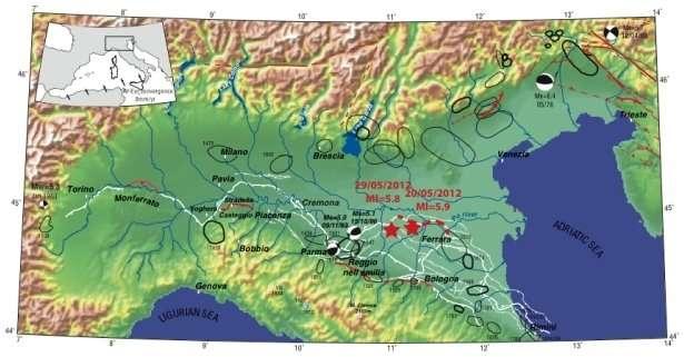 La carte des failles actives (en rouge, en traits pleins pour les connues et en pointillés pour celles que l'on suppose) et aveugles (en blanc). Les lignes noires indiquent les zones touchées par un séisme. Sur cette carte, qui date de 2003, ont été reportés le tremblement de terre du 20 mai et le dernier séisme du 29 mai. © Benedetti et al./2003 (modifiée)