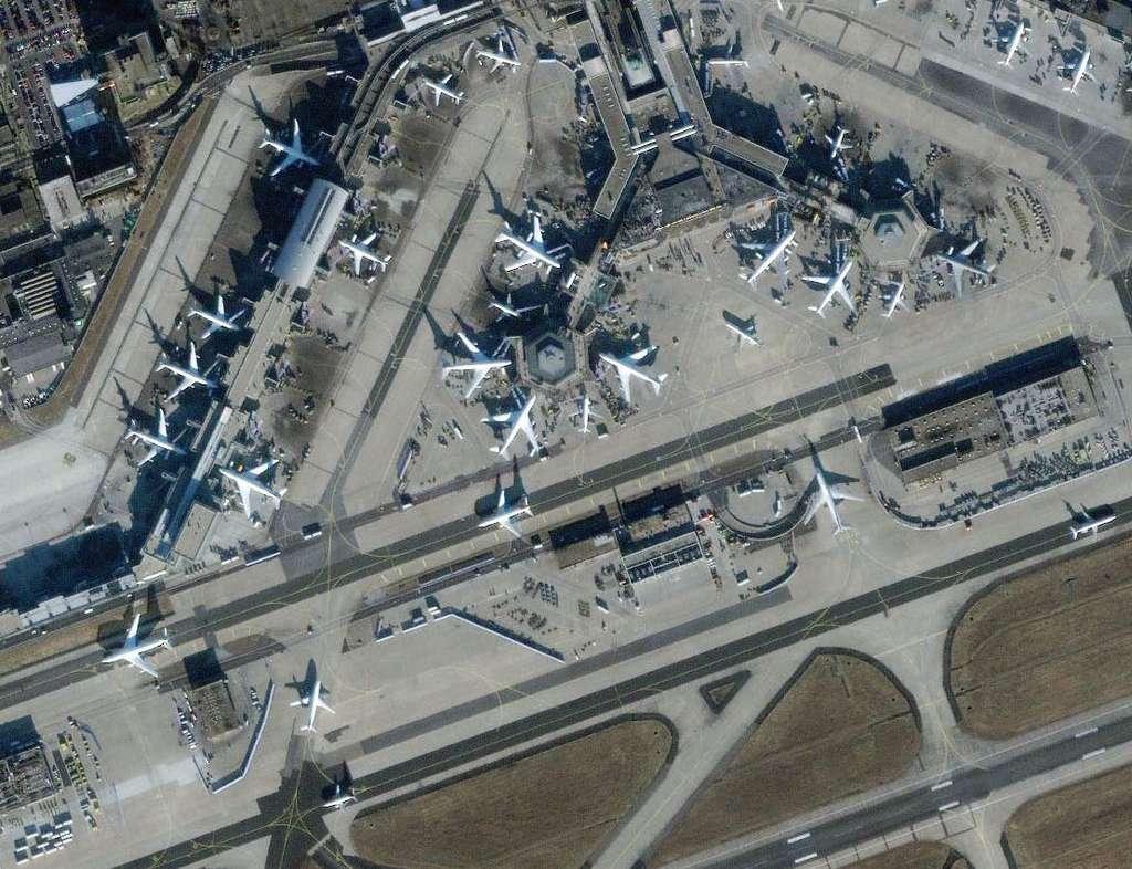Aéroport de Frankfort en Allemagne, photographié par le satellite Ikonos en 2000. La résolution est de 1 mètre. © USGS