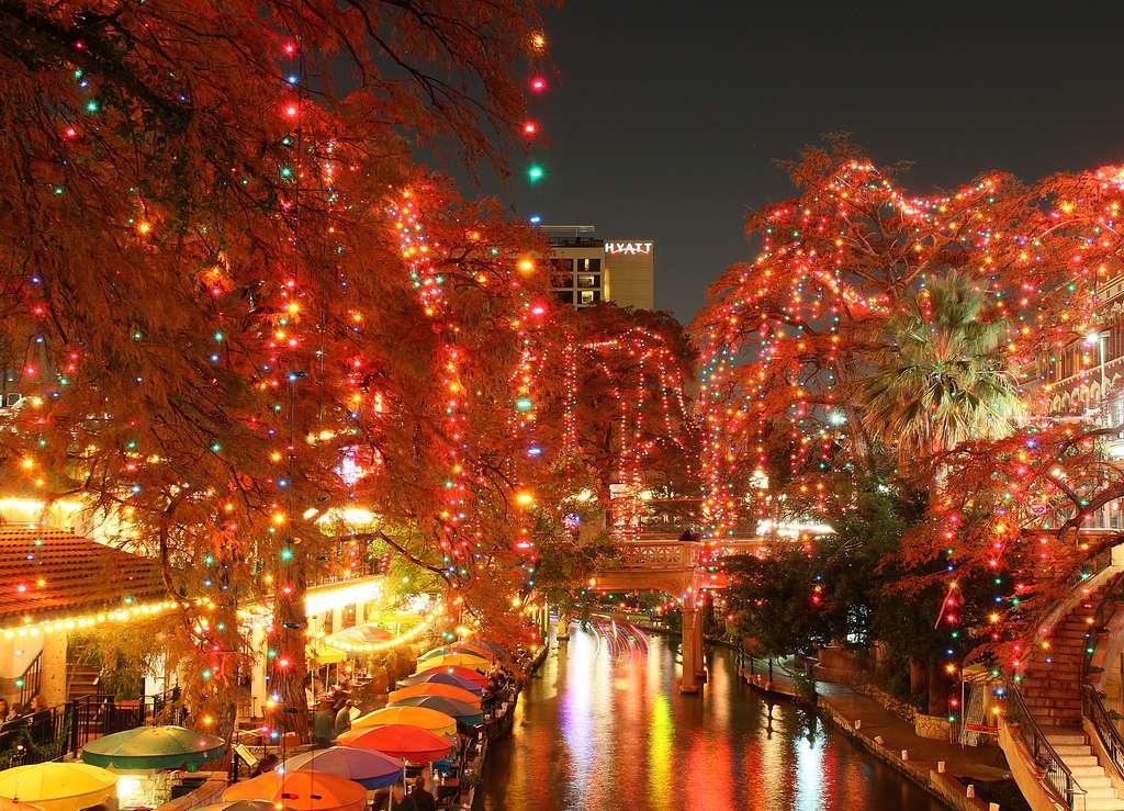 La San Antonio River Walk, illuminée pour Noël, au Texas