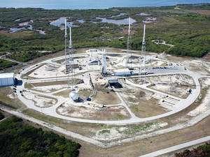 Haut d'environ 50 m et large de 3,6 m, ce lanceur est théoriquement capable de placer un peu plus de 10 tonnes en orbite basse (LEO, Low Earth orbit) et jusqu' à 4,5 tonnes en orbite de transfert géostationnaire (GTO, geosynchronous, ou geostationary transfer orbit). Une version plus puissante triplera les performances en lançant 32 tonnes en LEO et plus de 19 tonnes en GTO ! On le voit ici sur son pas de tir SLC-40 de Cap Canaveral. © SpaceX