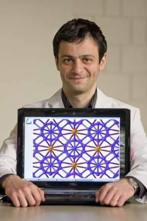 Artem Oganov et une représentation du réseau cristallin du bore ionique. Crédit : AZoNano.com