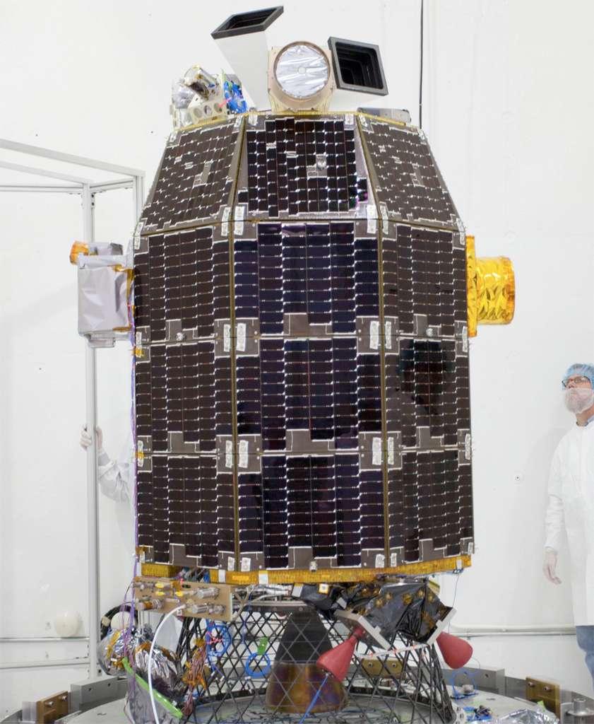 La sonde Ladee, recouverte de panneaux solaires, avant son installation dans la coiffe de son lanceur. © Nasa