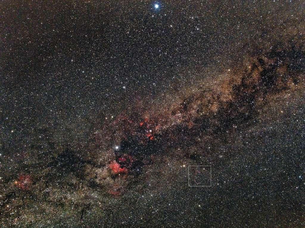 On distingue de nombreuses nébulosités sur cette image de la constellation du Cygne. Les dentelles de SNR G074.0-08.6 sont encadrées. Crédit Patrick Bornet