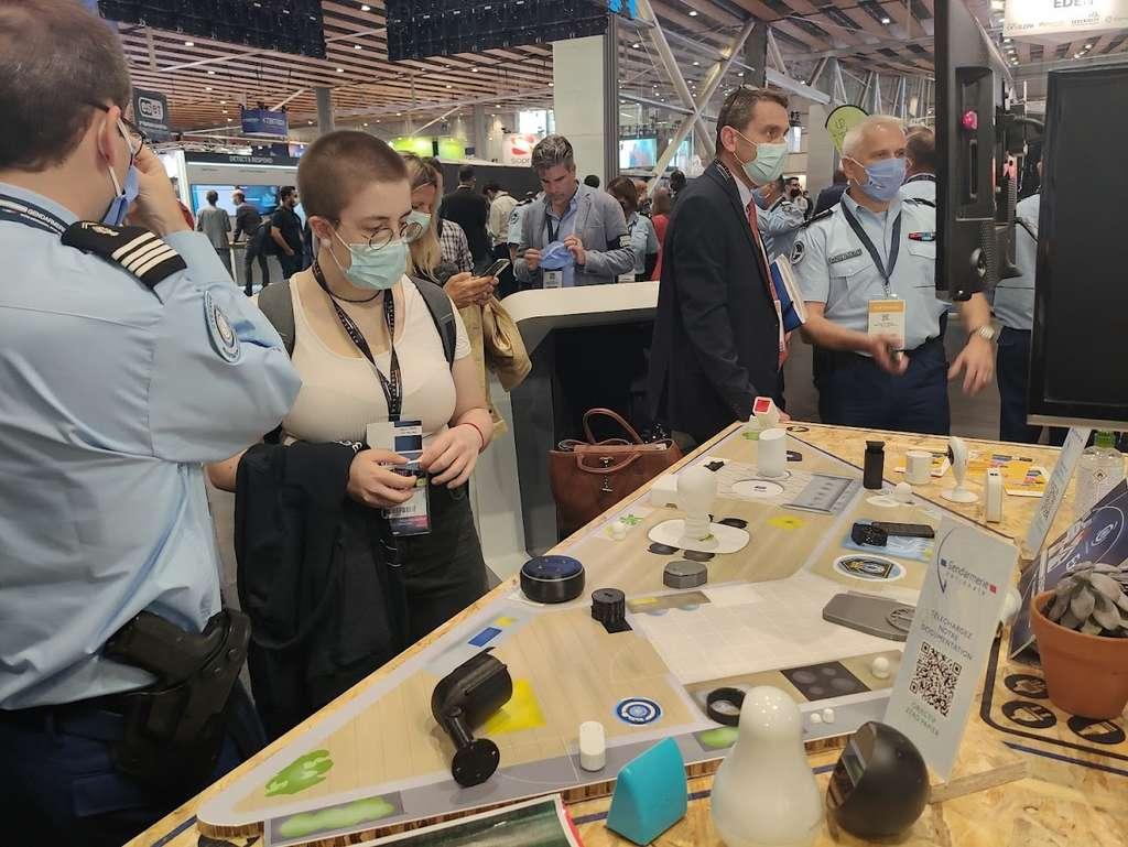 Au FIC 2021, sur le stand de la gendarmerie, les gendarmes représentent de façon ludique une scène de crime dans laquelle différents accessoires connectés vont pouvoir livrer de précieuses informations aux enquêteurs. © Futura