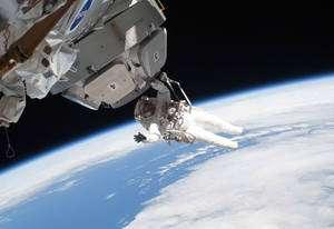 L'astronaute de la Nasa Nicholas Patrick, suspendu à la coupole, lors de la troisième et dernière sortie extravéhiculaire de la mission STS-130. Crédit Nasa