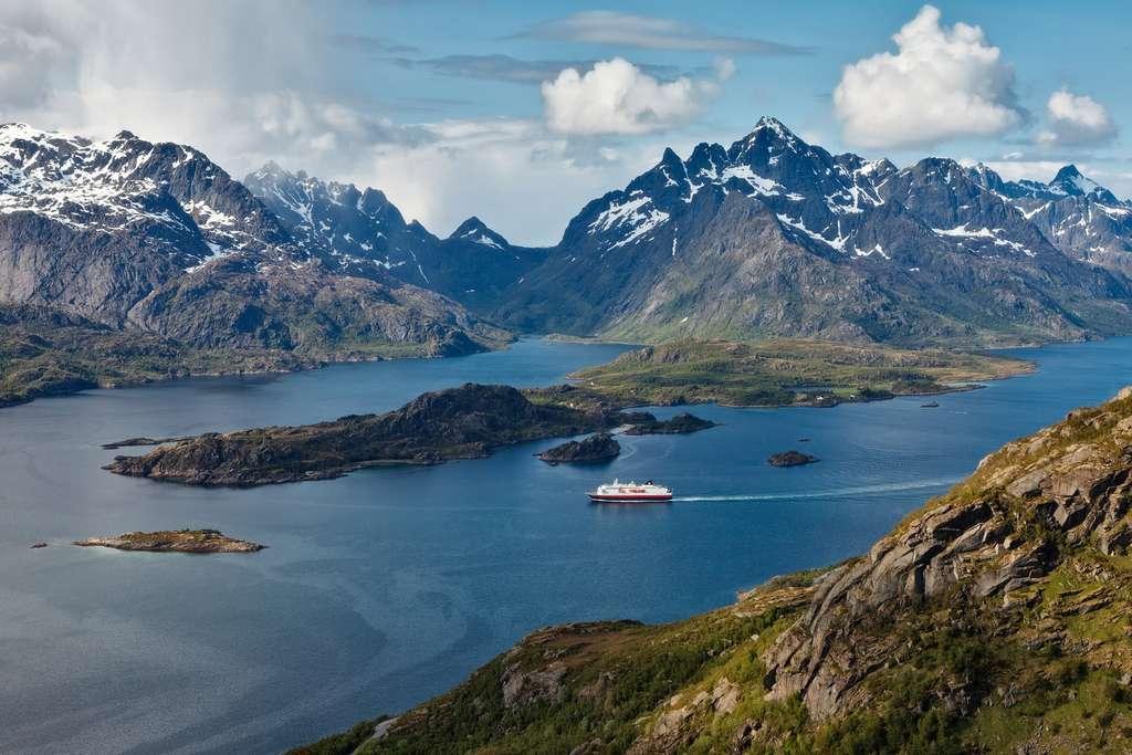 La compagnie de croisière Hurtigruten prévoit d'équiper au moins six de ses navires de systèmes de propulsion biogaz et de batteries associés à des moteurs GNL d'ici 2021. © Hurtigruten, Facebook