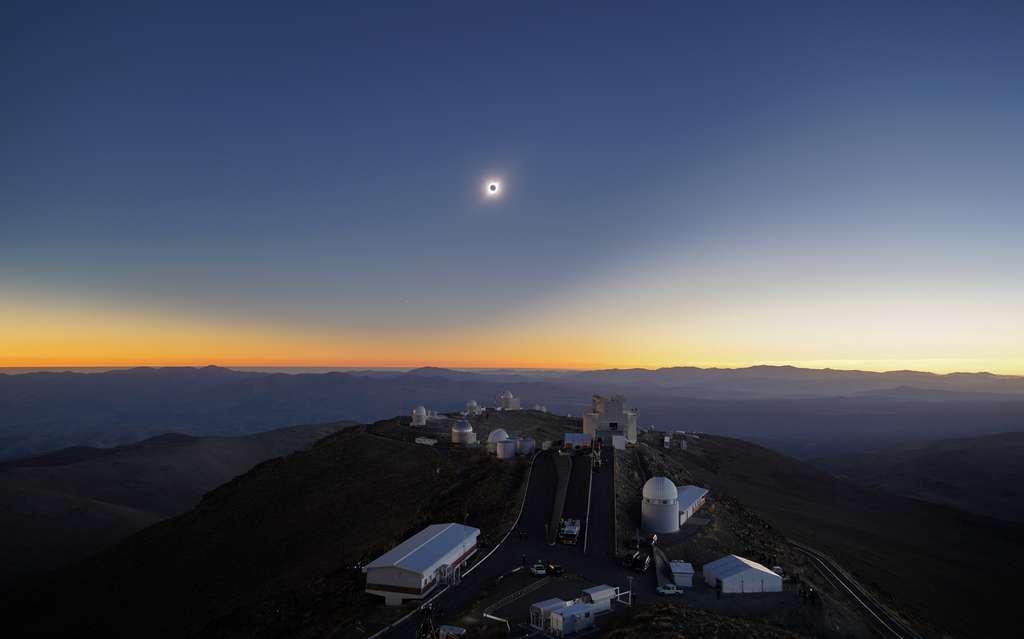 L'éclipse de soleil au moment de la totalité le 2 juillet, à 20 h 39 TU, au-dessus des coupoles de l'observatoire de La Silla. © ESO, R. Lucchesi