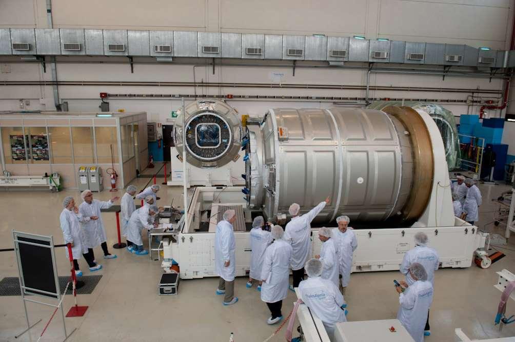 Un des modules pressurisés du cargo Cygnus, que Thales Alenia Space construit dans son usine turinoise pour Orbital Sciences, en juillet 2013. Dennis Tito envisage d'utiliser une version modifiée de ce cargo pour une mission habitée vers Mars. © Rémy Decourt