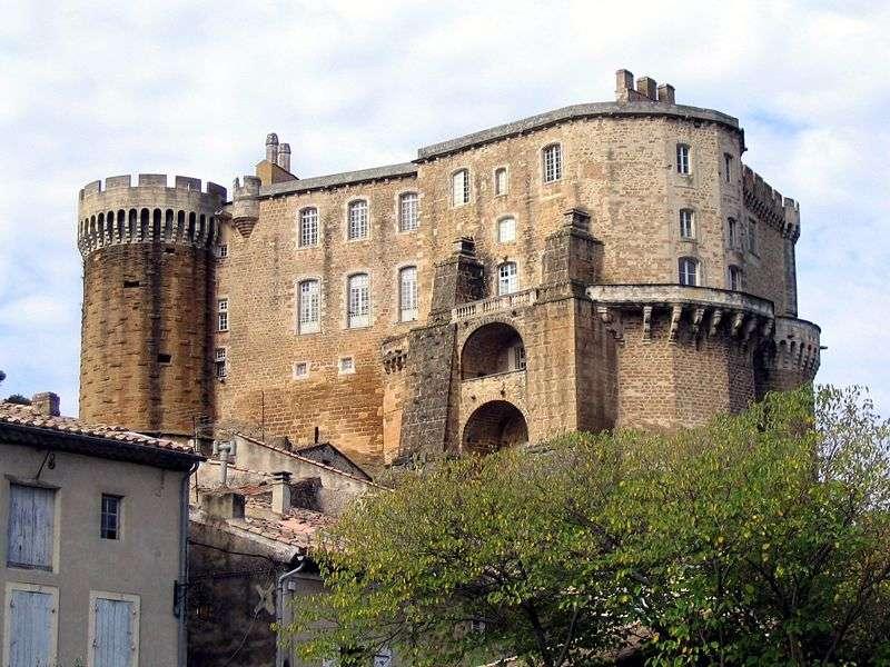 Château de Suze la Rousse, Drôme, France. © Pascal Terjean licence Creative Commons Paternité – Partage des conditions initiales à l'identique 2.0 générique
