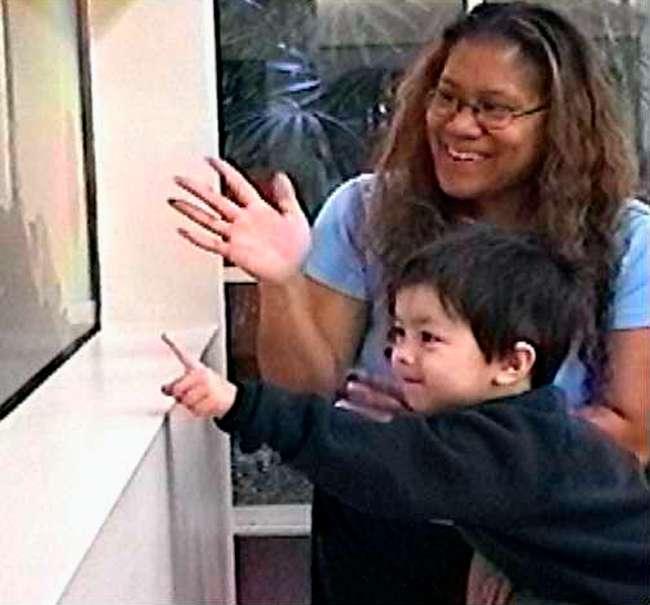 Un enfant autiste connaît beaucoup de difficultés à focaliser son esprit sur un même objet que son interlocuteur, comme le fait ce petit garçon. Cette absence d'attention conjointe est donc l'un des symptômes du trouble, mais le diagnostic de l'autisme est parfois difficile à poser. © Kendall Powell, Plos Biology