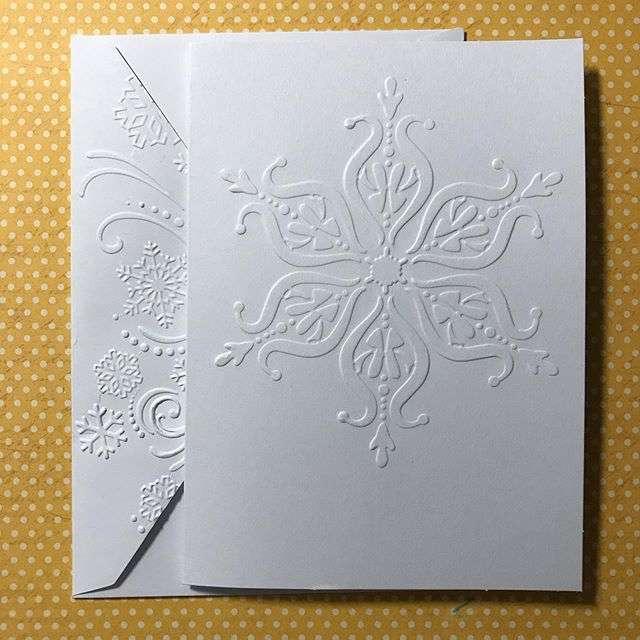 Le papier gaufré apporte élégance et relief à une carte de visite ou une invitation. © paperartflower, Instagram