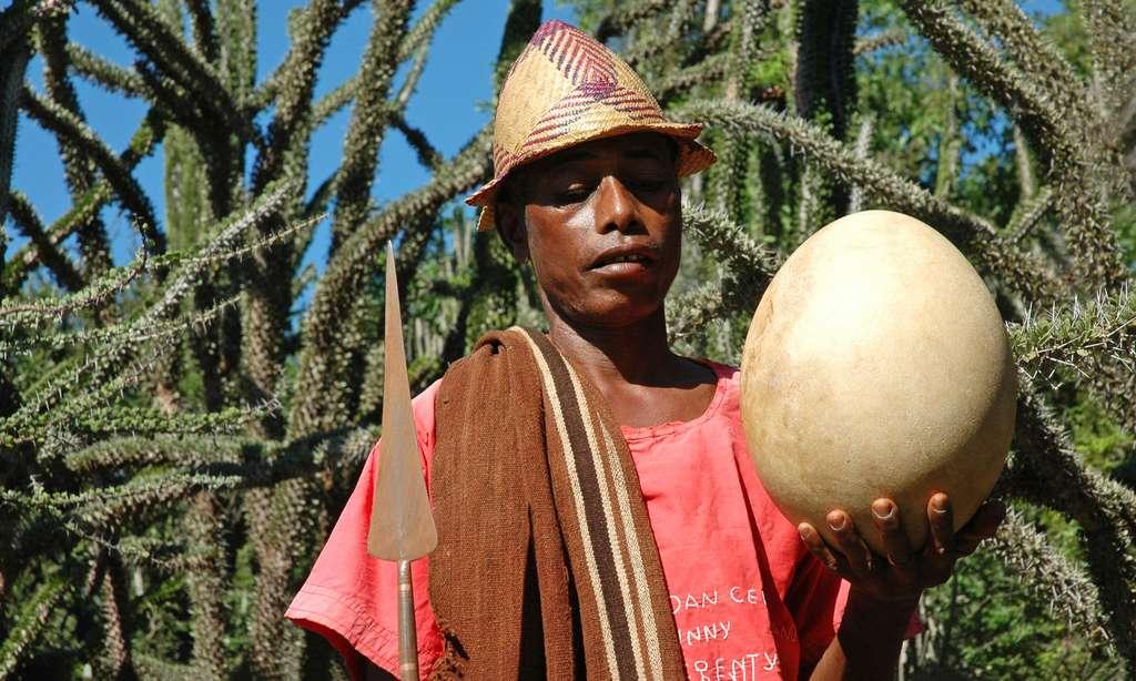 Chef de village malgache avec un œuf d'aepyornis