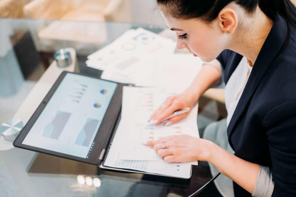 Chargé de transformer des données statistiques en données business, le data analyst joue un rôle capital dans la stratégie marketing de son entreprise. © golubovy, Adobe Stock.