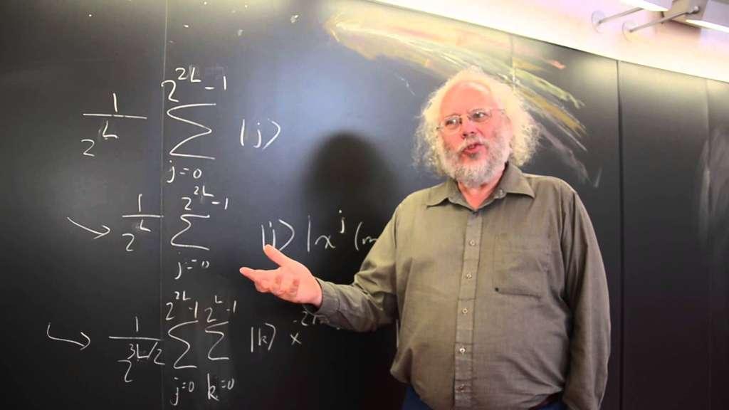 Le mathématicien Peter Shor, en pleine explication de son algorithme quantique pour factoriser des nombres entiers. © Physics World, YouTube