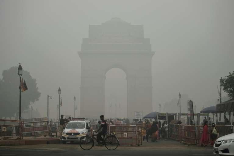 India Gate le 3 novembre 2019 à New Delhi disparaît dans un nuage de smog alors que la pollution atteint des sommets dans la capitale indienne. © Sajjad Hussain, AFP