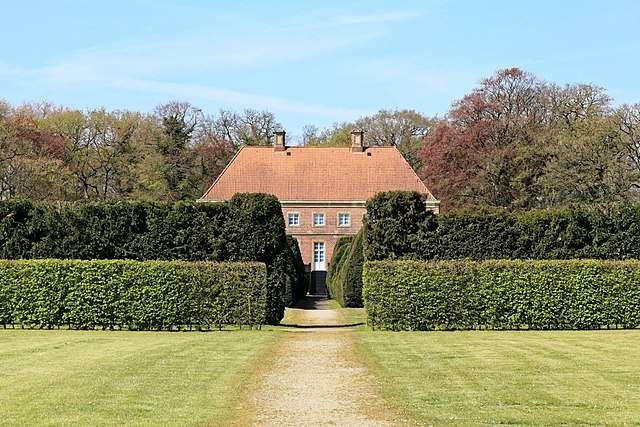 Soigner la taille d'une haie contribue à l'embellissement d'un parc ou jardin. Ici, double haies devant une maison à Papenburg, Allemagne. © Frank Vincent, Wikimedia commons, CC 3.0