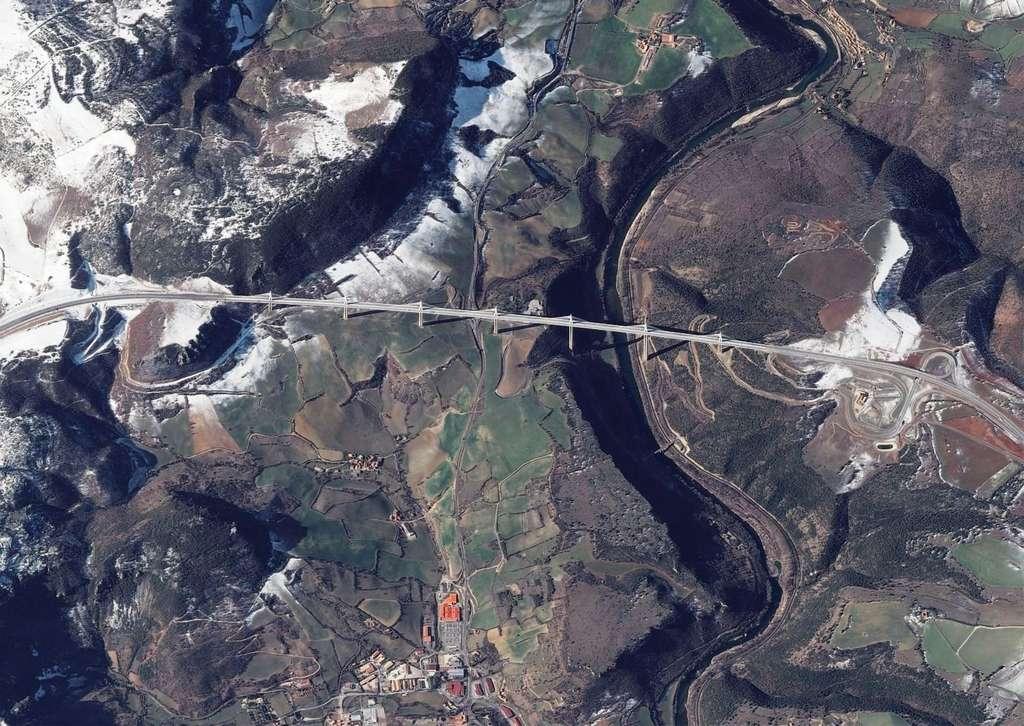 Le viaduc de Millau vu par le satellite Pléiades, successeur de Spot