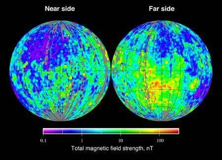 Figure 1. Une carte du champ magnétique rémanent de la Lune réalisée à partir des relevés de la sonde Clementine, installé en orbite lunaire de janvier à juin 1994. Il n'y a pas de composante dipolaire comme c'est le cas sur Terre et du bleu au rouge l'intensité du champ magnétique augmente. Crédit : Nasa.