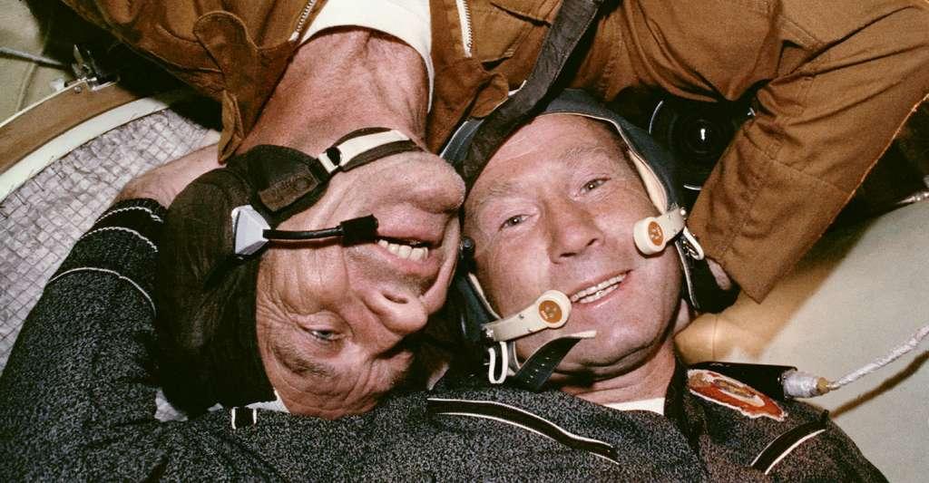 Ici, Alexeï Leonov — en bas et à l'endroit — et Deke Slayton — en haut et à l'envers — au cours de la mission Apollo-Soyouz en 1975. © Nasa Human Space Flight Gallery, Wikipedia, Domaine public