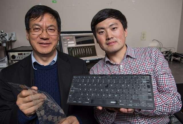Le professeur Zhong Lin Wang du Georgia Institute of Technology (à gauche) et son assistant de recherche, Jun Chen, présentent leur clavier biométrique autoalimenté. Ils pensent que cette solution pourrait aider à sécuriser facilement les ordinateurs. © Rob Felt, Georgia Institute of Technology