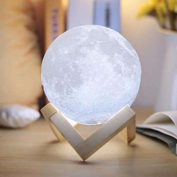 Lampe lune féérique, 55,99 euros chez Nature & Découvertes. © Droits réservés