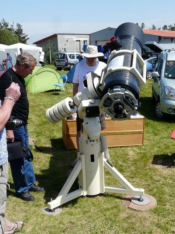 Télescope haut de gamme de 35 centimètres sur un pied colonne