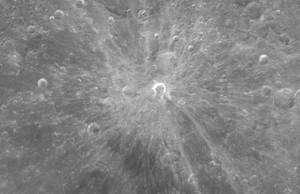 En hommage à Giordano Bruno, un brillant cratère lunaire porte son nom. Crédits : NASA