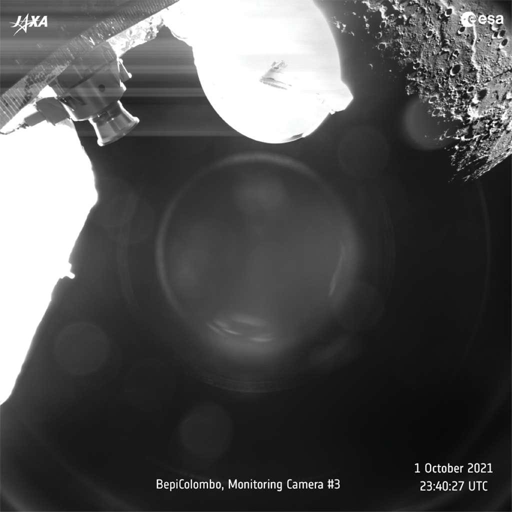 Arrivée par le côté nuit de Mercure, BepiColombo a photographié le lever du jour sur Astrolabe Rupes, cinq minutes après avoir frôlé la planète à 199 kilomètres de sa surface. La sonde était à alors à 1.183 kilomètres au-dessus de ses cratères. © ESA, BepiColombo, MTM, CC BY-SA 3.0 IGO