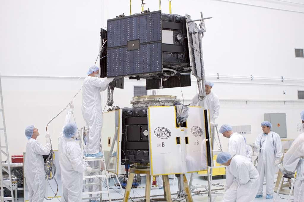 Installation, l'une sur l'autre, des deux sondes de la mission RSBP pour être intégrées dans le lanceur. © Nasa