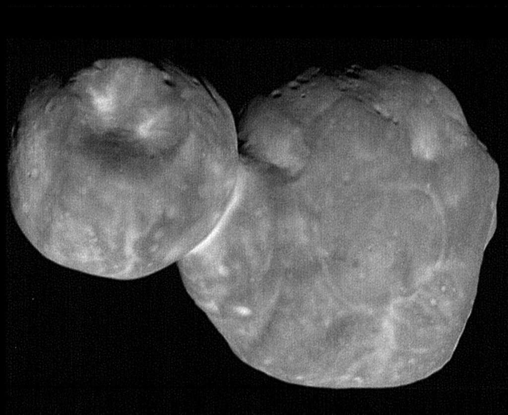 Neuf images traitées composent cette vue la plus détaillée de 2014 MU69, surnommé Ultima Thulé. Photos prises avec la caméra Lorri de la sonde New Horizons, le premier janvier 2019, à 6.628 kilomètres de l'astéroïde, soit six minutes et demie avant son passage au plus proche. © Nasa, SwRI, JHUAPL