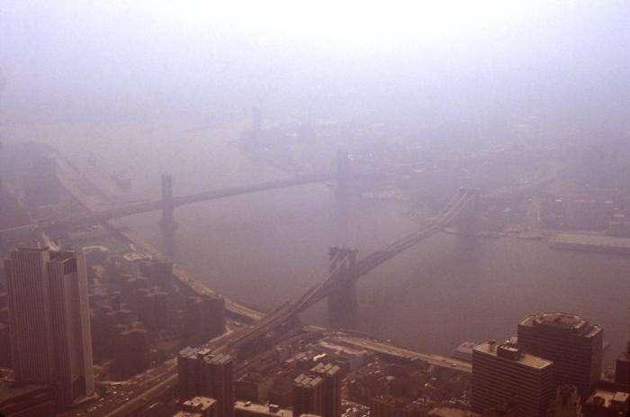 Certaines grandes villes, comme ici New York, sont parfois cachées sous un brouillard de pollution qu'on appelle smog. Dur de reconnaître Brooklyn depuis les tours du World Trade Center sur cette photo de 1988. © Edwin P. Erwing, CDC, DP