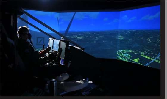 André Borschberg installé dans le cockpit du simulateur reproduisant les conditions de vol du futur avion solaire HB-SIB, successeur du HB-SIA. © Solar Impulse