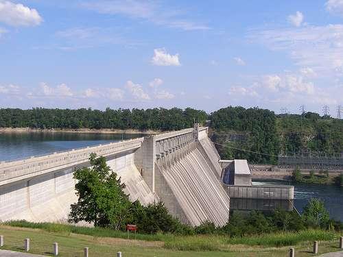 La centrale hydroélectrique de Bull Shoals State Park, dans l'Arkansas, aux États-Unis, avec son barrage et, au centre (pente en béton), le canal de dérivation qui aboutit aux turbines électriques. © CoreBurn CC by 2.0