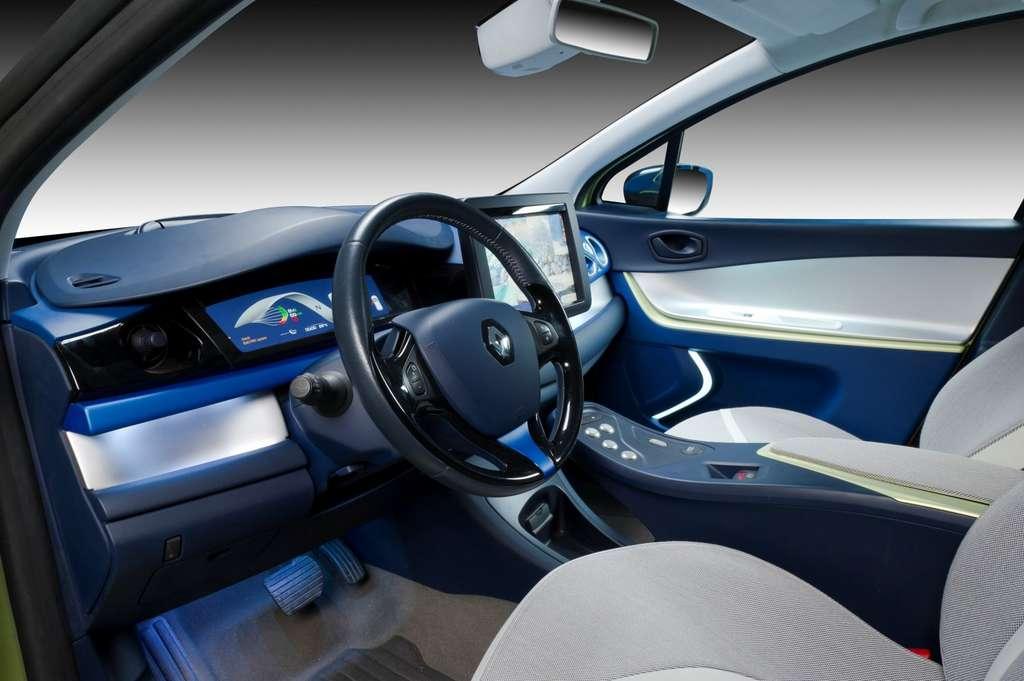 L'intérieur de la Next Two. On distingue les deux caméras en haut du parebrise. Le siège peut changer de position avec le mode de conduite (automatique ou manuel) et il contient un système de massage... © Renault