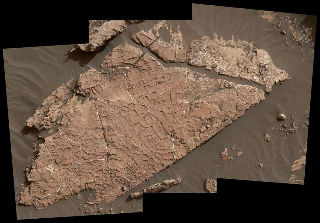 Trois photographies prises par l'instrument MAHLI ont été combinées pour obtenir cette image du bloc de roche baptisé Old Soaker. © Nasa/JPL-Caltech/MSSS