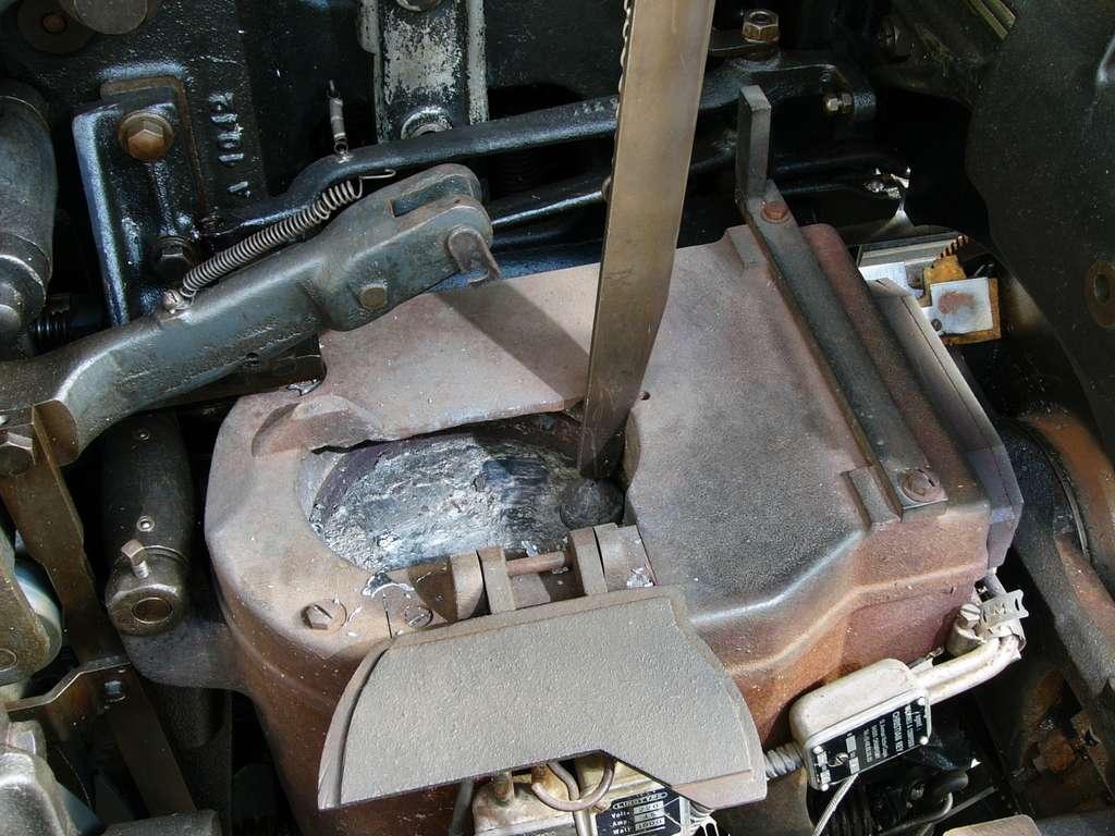 Quels sont les principaux alliages de l'étain ? Ici, le creuset de la linotype exposée au centre d'Histoire sociale de Haute-Normandie, à Rouen (Expotec 103). Le mélange étain-plomb-antimoine (alliage) était en cours de chauffe et arrivait bientôt à température. © zigazou76, Flickr, CC by 2.0