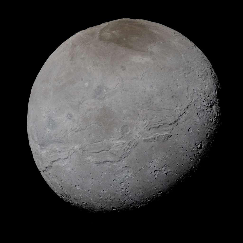 Charon, compagnon de Pluton deux fois plus petit, ici au naturel. Image prise par New Horizons à 74.176 kilomètres de distance, lors de sa visite inédite à la planète naine, le 14 juillet 2015. Téléchargez l'image en haute résolution ici. © Nasa, JHUAPL, SwRI, Alex parker