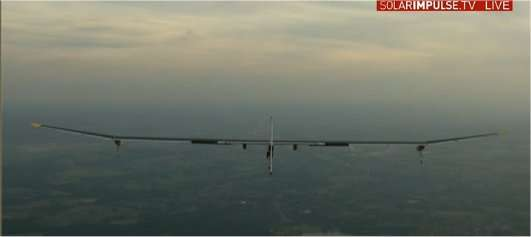 Le HB-SIA en descente, en direction de l'aéroport de Bruxelles, à 20 h 30 (capture de la transmission en direct sur le site de Solar Impulse). © Solar Impulse