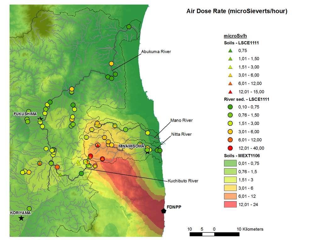 Débits de dose radioactive (Air Dose Rate, en microsieverts par heure) mesurés sur le terrain à l'aide d'un radiamètre portable à proximité des rivières (cercle et triangles) en novembre 2011 et comparaison par rapport aux débits de dose radioactive mesurés par relevés aéroportés au niveau des sols par le MEXT. © Projet TOFU (recalculé et interpolé à partir de données du MEXT japonais)