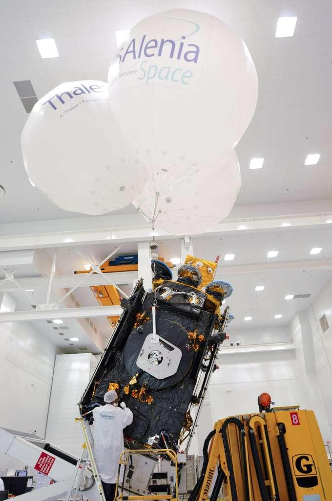 Le satellite Athena-Fidus dans les locaux cannois de Thales Alenia Space (en novembre 2013) pour d'ultimes vérifications et la préparation de son transfert vers la base de lancement. © Rémy Decourt