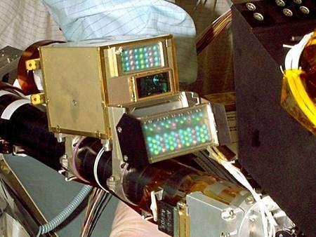 La caméra du bras robotisé et son éclairage très particulier