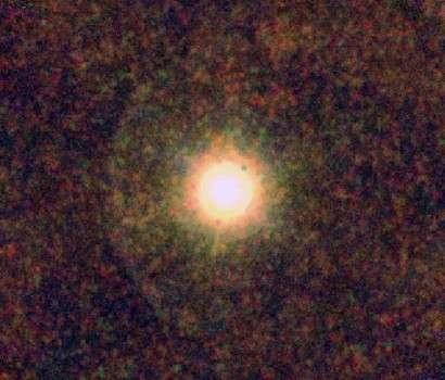 Image de l'étoile carbonée CW du Lion obtenue par le télescope Herschel. La rencontre entre le vent stellaire produit par l'étoile et le milieu interstellaire se traduit par une onde de choc en arc de cercle visible à gauche de l'étoile. Crédit Esa/Pacs/Spire/Mess consortiums