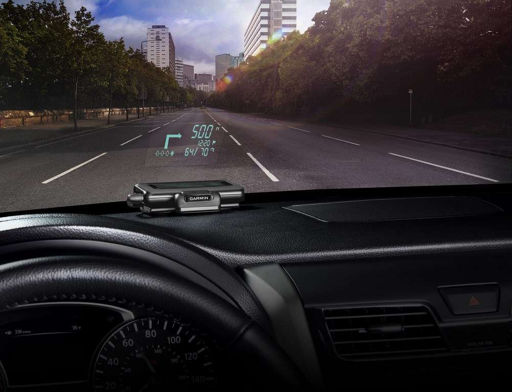 En proposant ce boîtier d'affichage tête haute, Garmin veut tirer bénéfice de l'essor de la navigation GPS sur smartphone. Qui plus est, elle offre pour un faible coût un équipement que l'on ne trouve actuellement que dans les véhicules haut de gamme. © Garmin