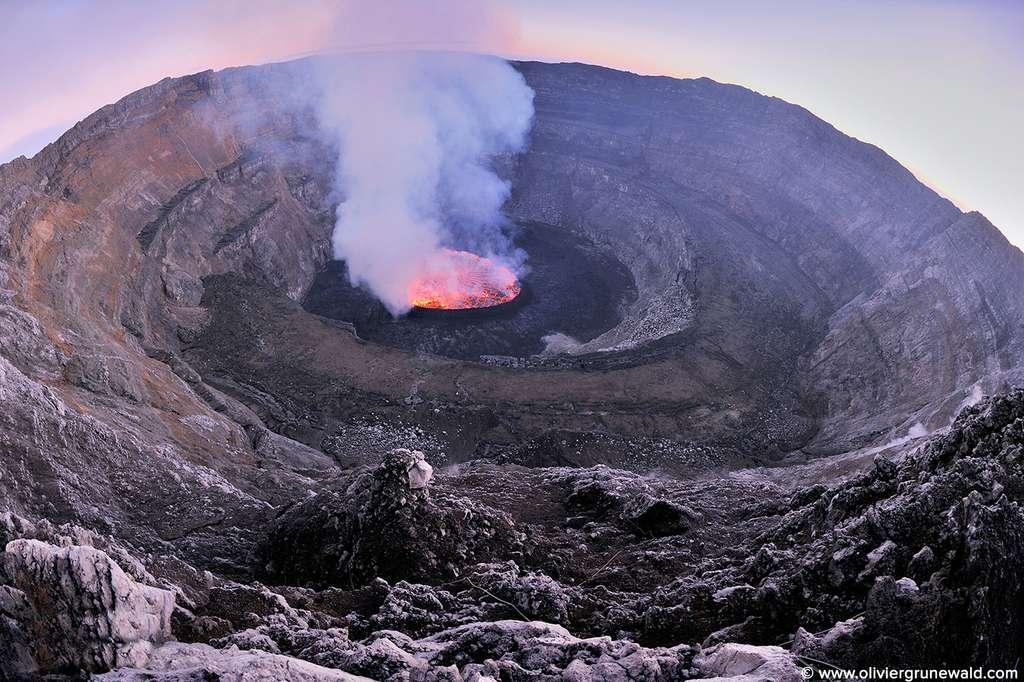Le lac de lave du Nyiragongo dans son cratère multiple